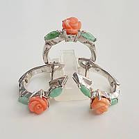 Серебряный комплект кольцо и серьги с натуральным резным кораллом и изумрудами 17.5