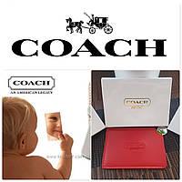 Знаменитое стальное зеркало Coach в красном чехле