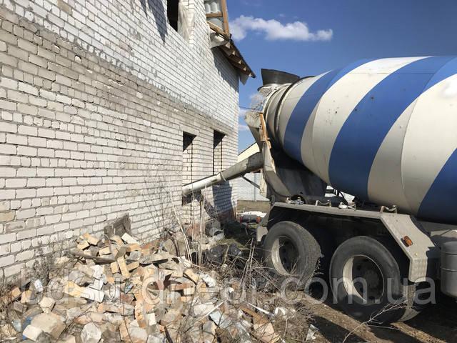 Миксер сливает бетон для устройства бетонных полов