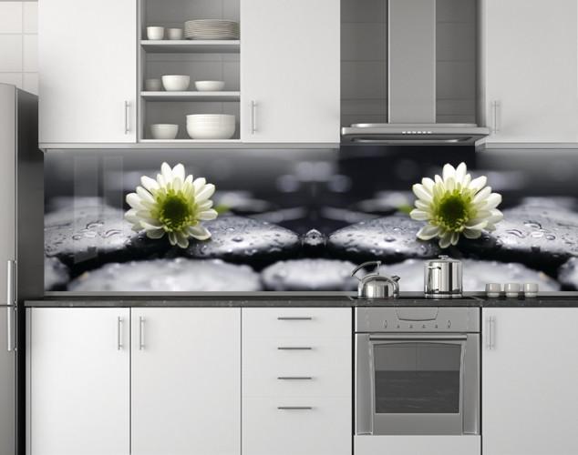 Пластиковый кухонный фартук ПВХ Хризантемы на черных камнях, стеновые панели пластик скинали фотопеча, Цветы