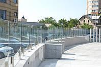 Стеклянное ограждение террасы ресторана на стойках из нержавейки и каленного стекла 10 мм