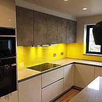 Жёлтый фартук на кухню - скинали лакобель