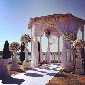 Весільна церемонія в західному квітковому стилі