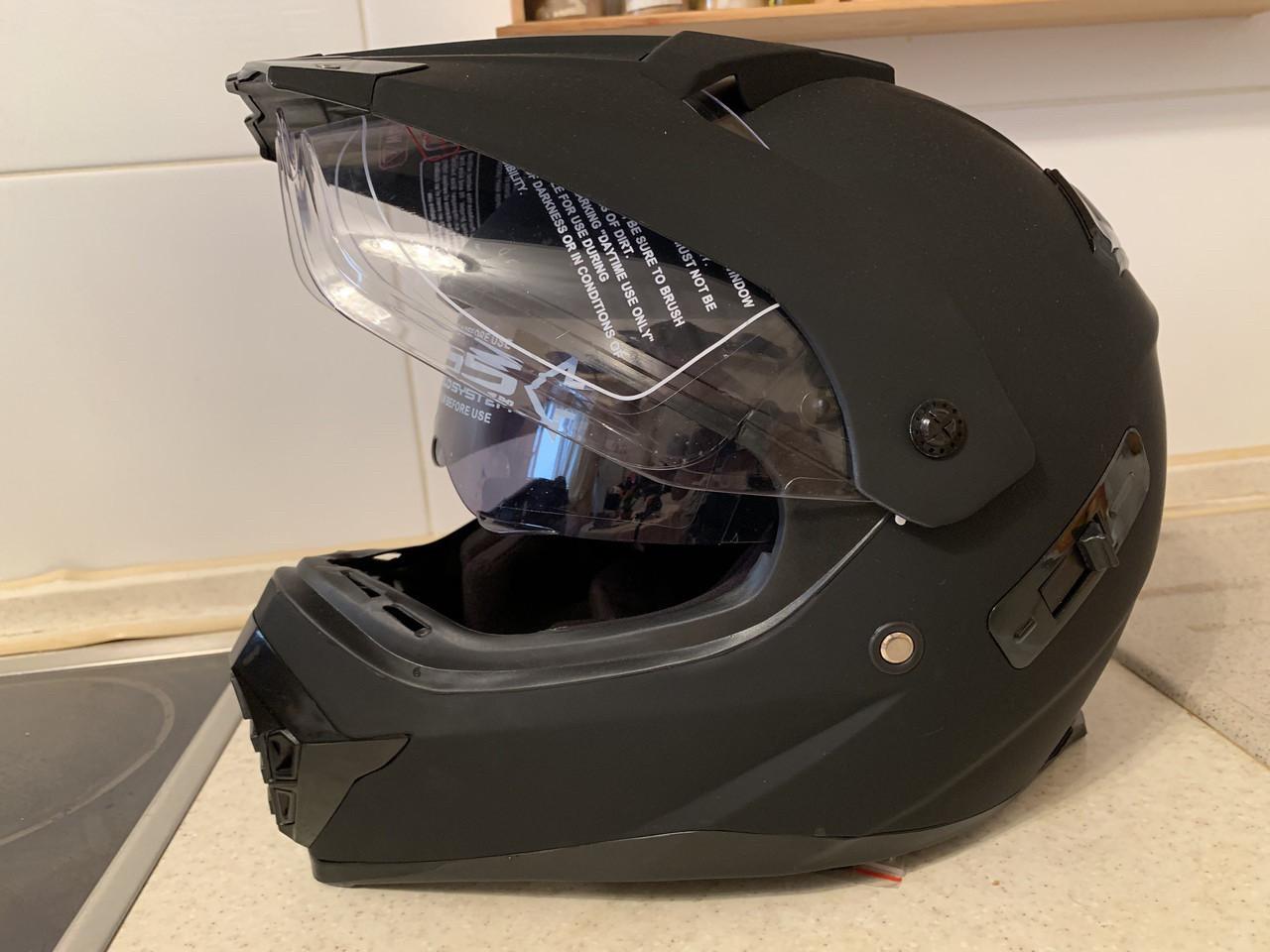 Черный матовый эндуро мото шлем с визором и с дополнительными солнцезащитными очками