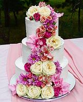 Свадебный  кремовый  торт  с  каскадом цветов