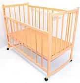 Детская кроватка деревянная на колесах с опускающейся боковиной и качалкой