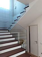 Ограждение лестницы из прозрачного стекла установленное на точечные стеклодержатели из нержавейки и без перила