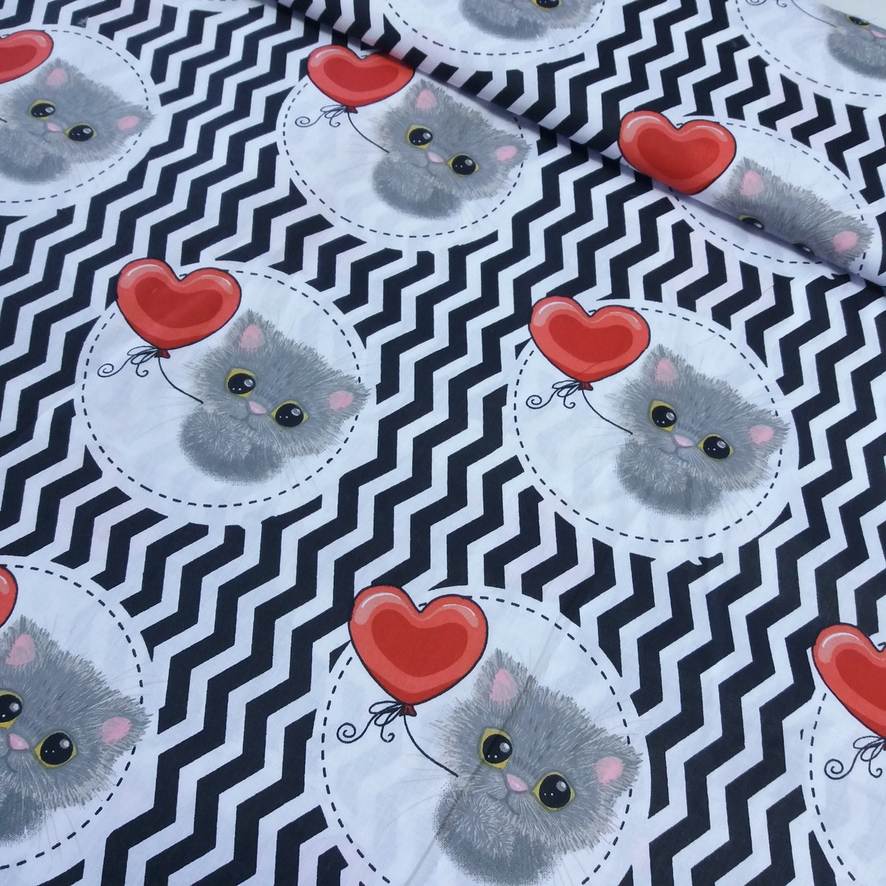 Ткань с черным зигзагом и котятами с шариком, ширина 160 см, фото 1