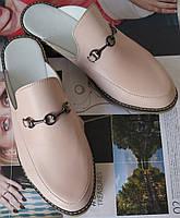 Мюли в стиле Gucci женские.! Сабо на низком ходу с закрытым носком Шлепанцы Гучи цвет пудра, фото 1