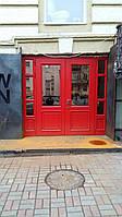 Двери красные.