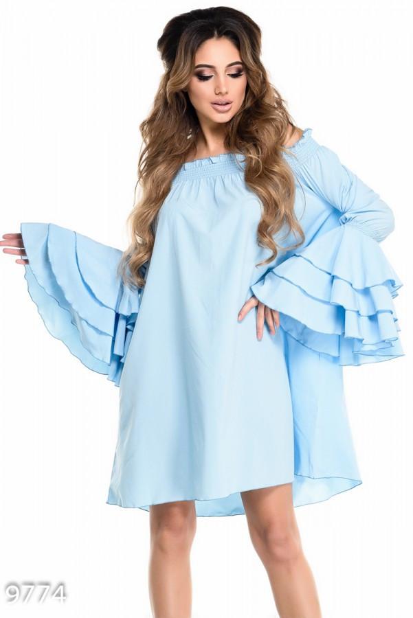 Голубое свободное платье с открытыми плечами и воланами от локтей