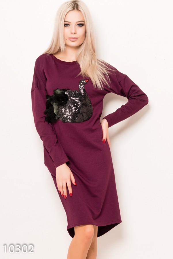 Бордовое трикотажное платье с карманами и аппликацией в виде лебедя