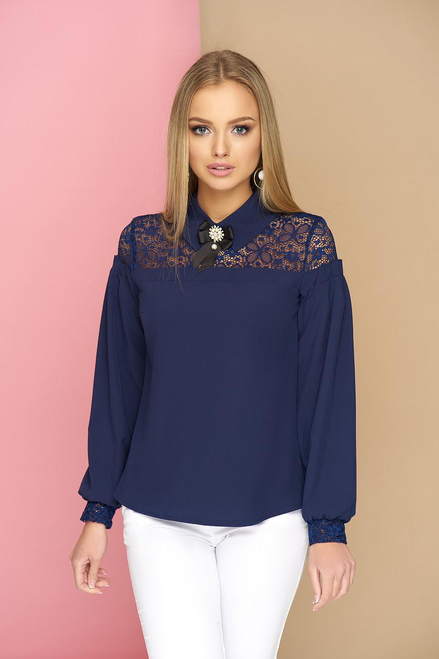 """Женская нарядная блузка с ажурным кружевом и брошью, длинный рукав """"Жозефина"""" (т/синий)"""