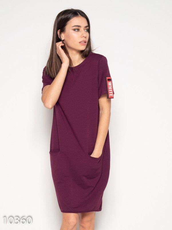 Бордовое платье с аппликацией  и короткими рукавами