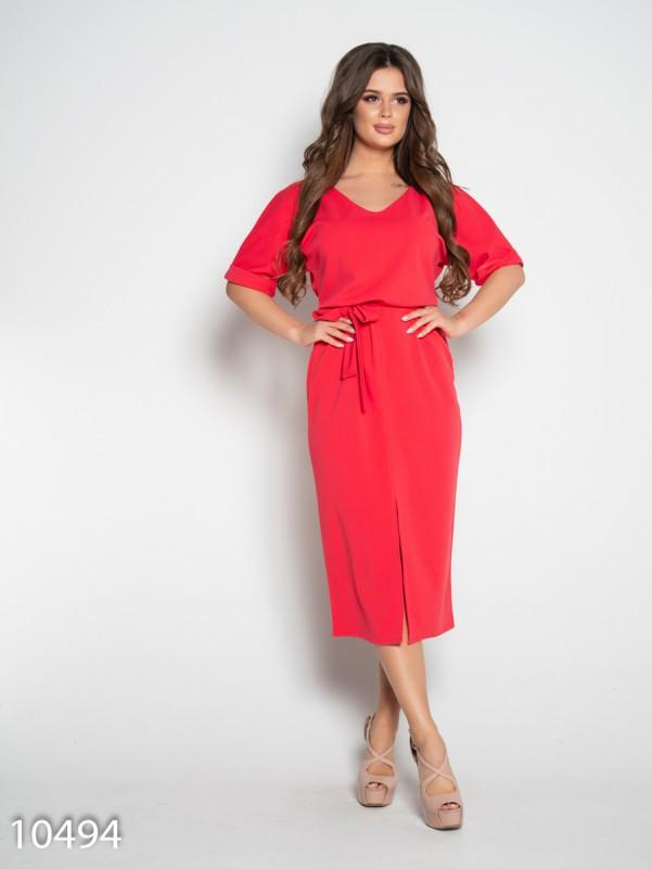 Коралловое платье с вырезом и короткими рукавами
