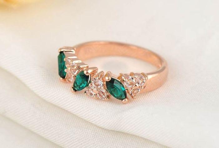 Позолоченное кольцо с зелеными и белыми цирконами код 894