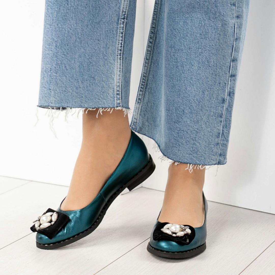 Шикарные туфли, украшенные бархатом и жемчугом, цвет- изумруд перламутр.