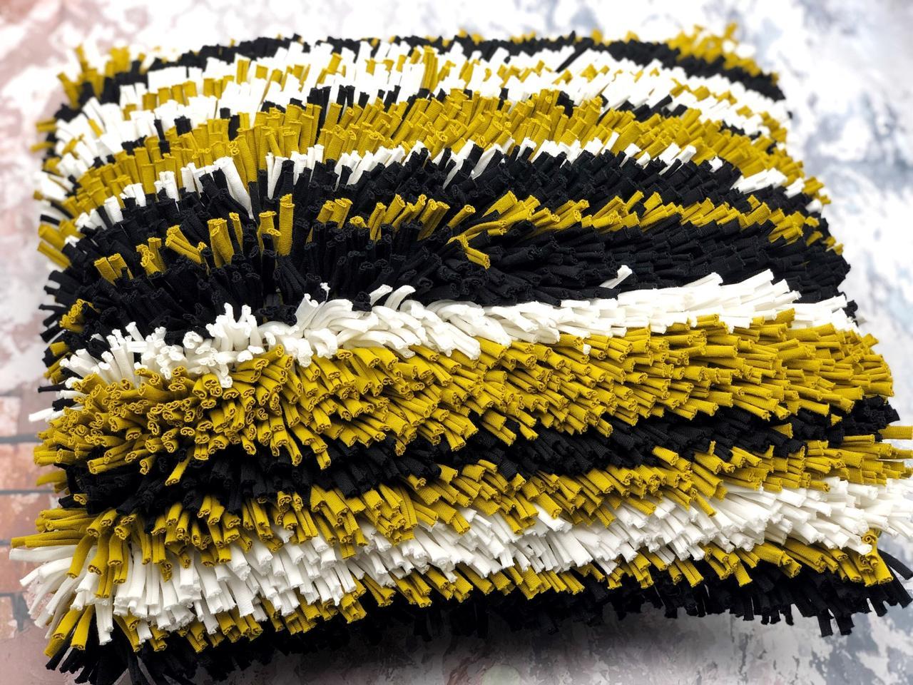 Коврик из трикотажной пряжи в ковровой технике на сетке