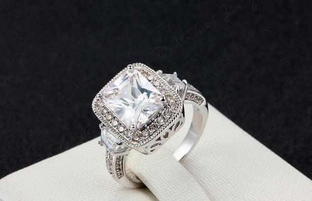 Позолоченное кольцо с цирконами код 268