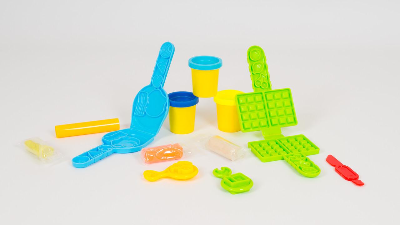 Игровой набор с пластилином. В наборе - пластилин (6 цветов): вафельница: формочки