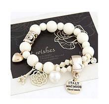Женский браслет с белыми бусинками