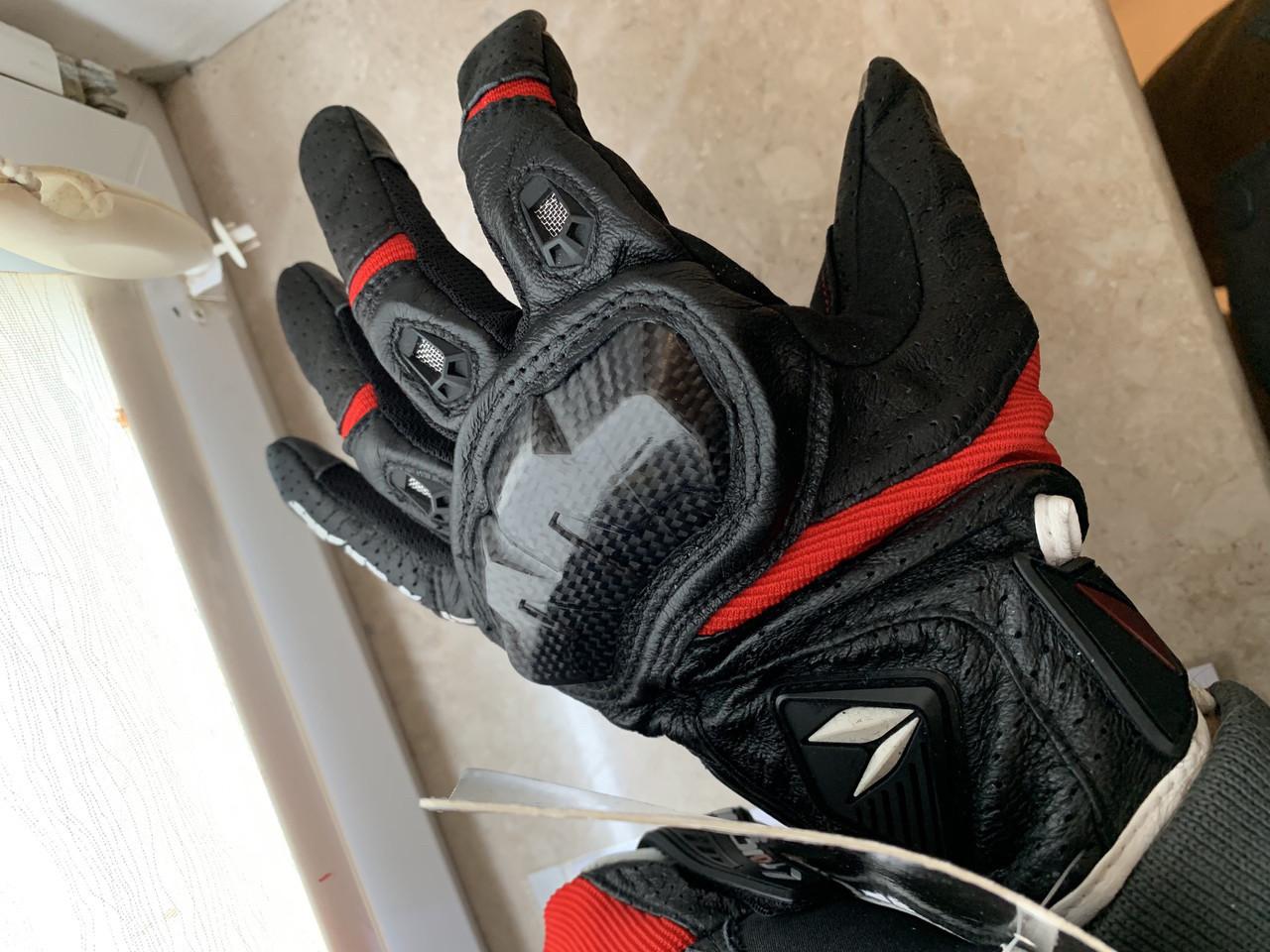Черные с красным летние Кожаные мото перчатки с перфорацией Taichi (Япония)
