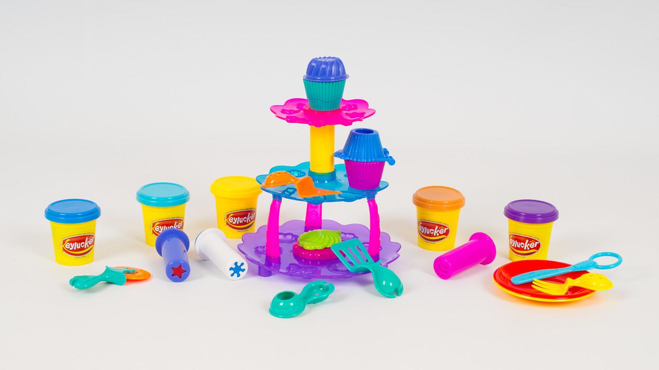 Игровой набор. В наборе - пластилин (5 цветов): формочки для кексов: инструменты