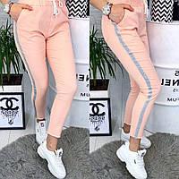 Укороченные женские брюки персикового цвета с серебристыми лампасами