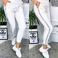 Укороченные женские брюки  белого цвета с серебристыми лампасами
