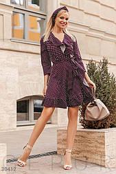 Легкое платье в горошек с воланами сливового цвета