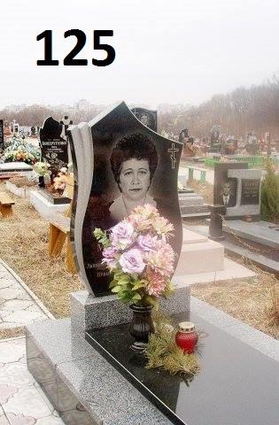 Одинарний жіночий пам'ятник із граніту та закритим квітником з плиткою