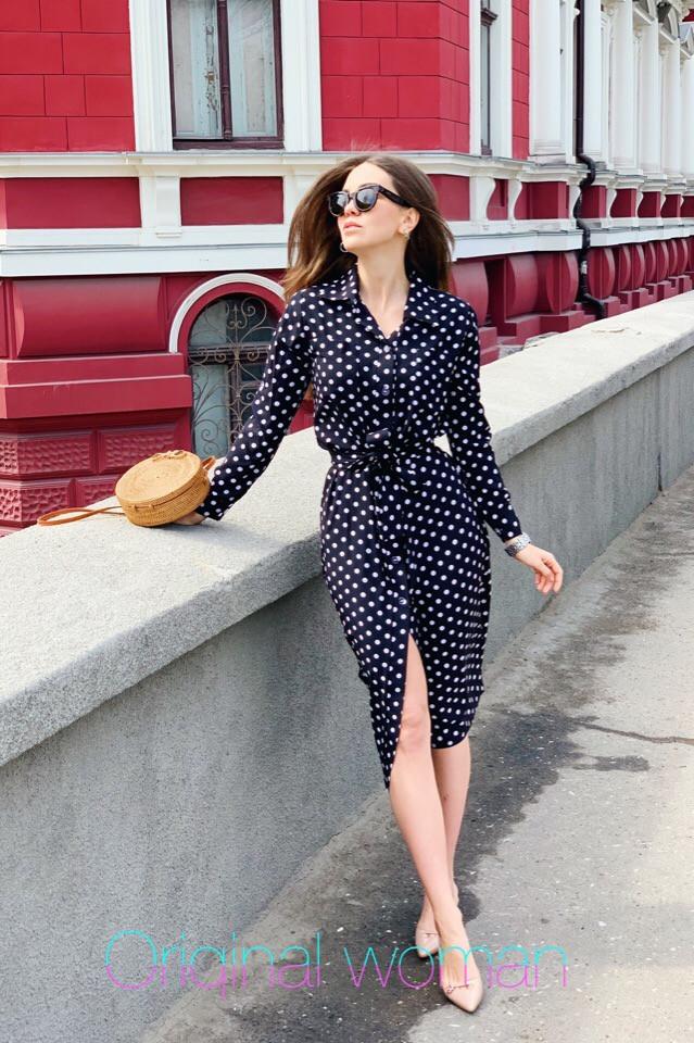 Легкое платье-рубашка в горошек длины ниже колен