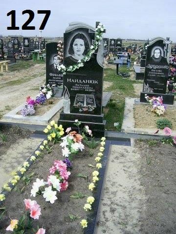 Надмогильний жіночий пам'ятник з рушником та хрестом із граніту