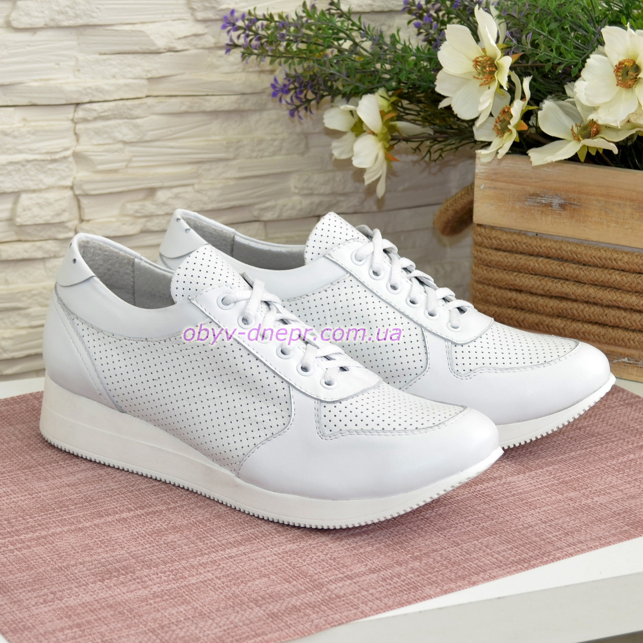 Стильные кожаные кроссовки из перфорированной кожи, цвет белый