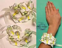 """""""Белые орхидеи """"браслет из цветов на руку для невесты.из полимерной глины"""