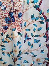 Шовковий хустку з квітами і птахами