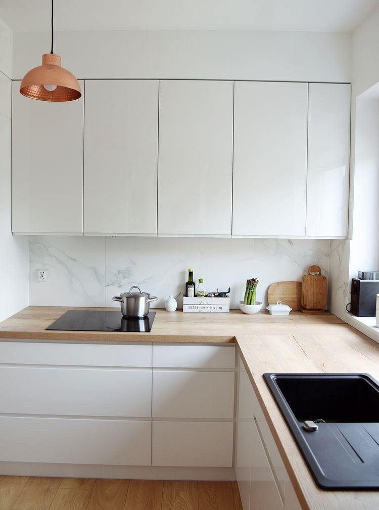 Кухня на заказ в потолок белая глянцевая столешница под дерево