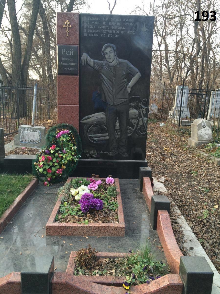 Ексклюзивний високий пам'ятник на могилу з людиною в повний зріст з граніту