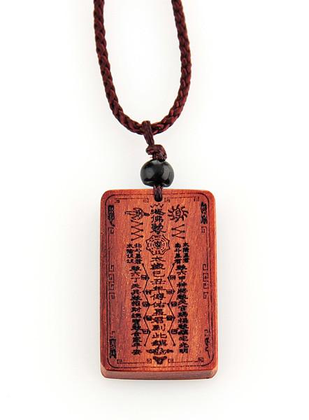 Кулон амулет с изображением китайского бога из розового дерева