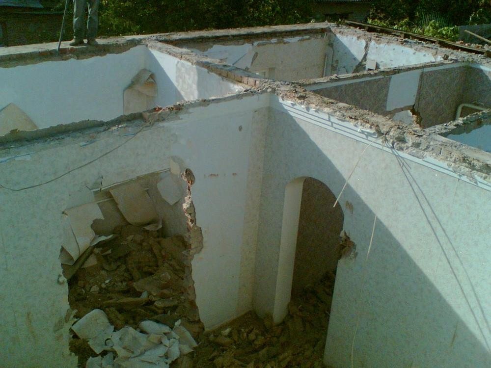 Привезли Поротерм, черепицу, демонтировали крышу из металла и саманное перекрытие. При демонтаже выяснилось, что несущие стены не в лучшем состоянии.
