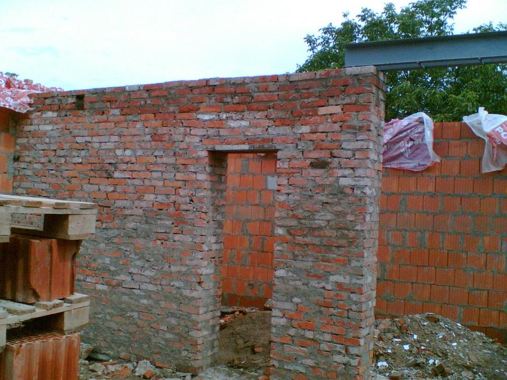 Укреплен армопоясом фундамент, наружные стены - Поротерм 38, внутренние - кирпич от старого дома