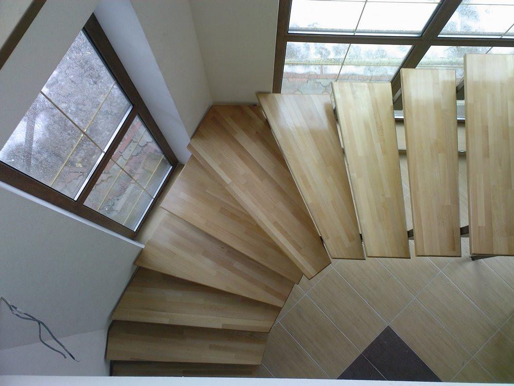 Лестница не заняла полезной площади на этажах, и прекрасно вписалась в разворот