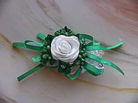 Свадебная бутоньерка на руку зелёного цвета