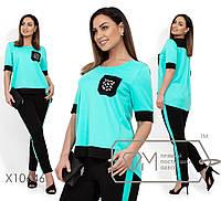 Брючный костюм: туника с круглым вырезом и накладным карманом декорированным стразами, брюки на резинке, зауженные с карманами X10646