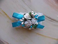 Свадебная бутоньерка на руку голубого цвета