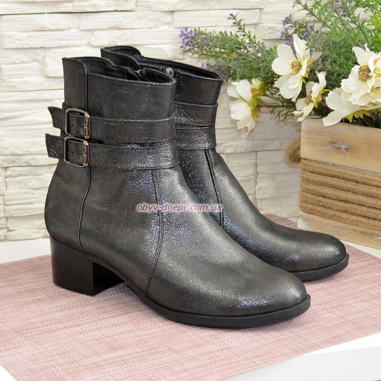 Ботинки кожаные зимние на невысоком каблуке, декорированы ремешками