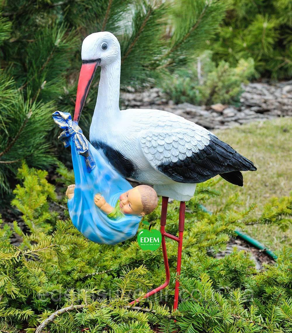Садовая фигура Аист с младенцем мальчиком на металлических лапах