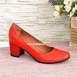 Женские туфли на невысоком устойчивом каблуке, из натуральной кожи красного цвета, фото 2