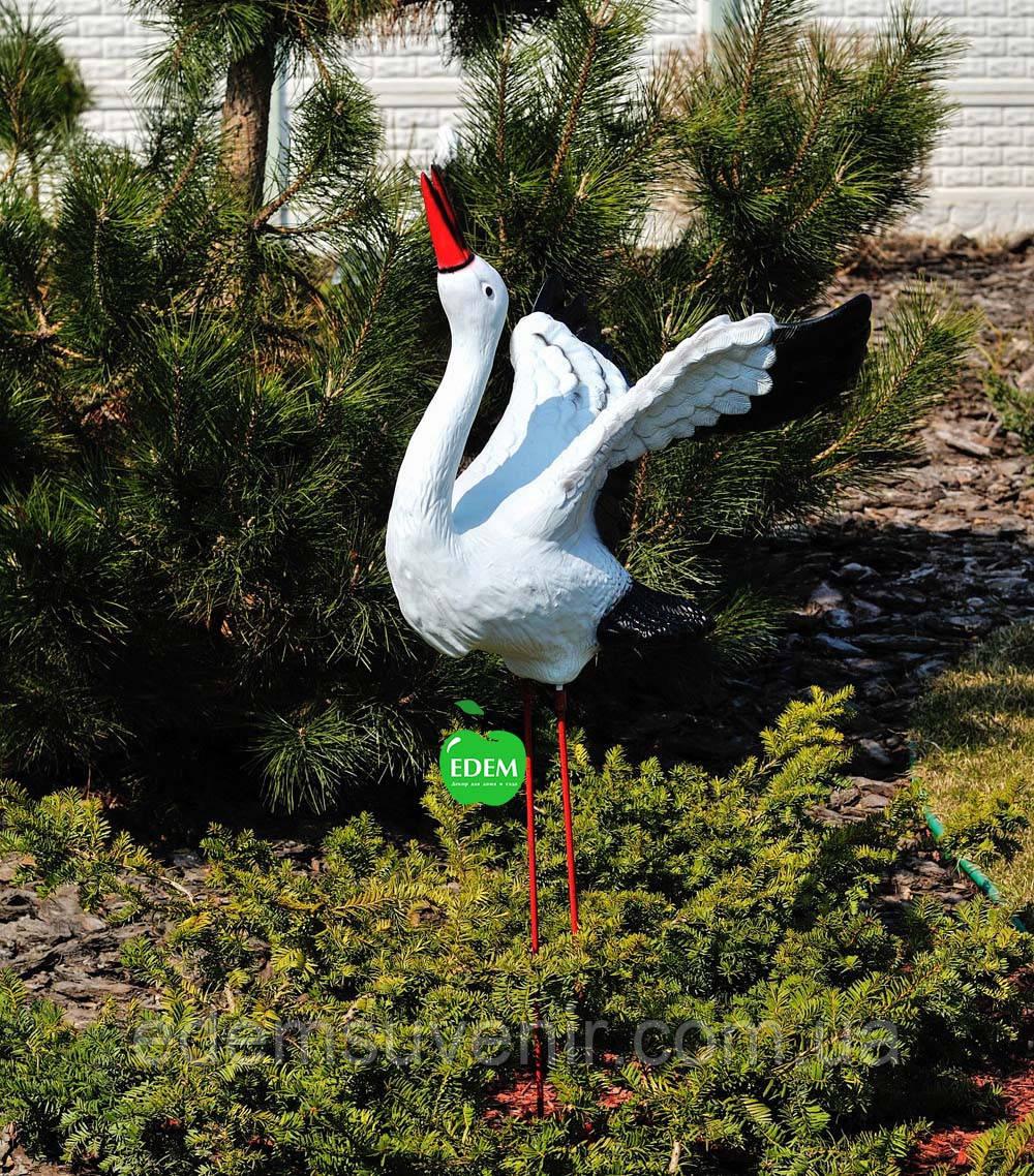 Садовая фигура Аист крылатый на металлических лапах