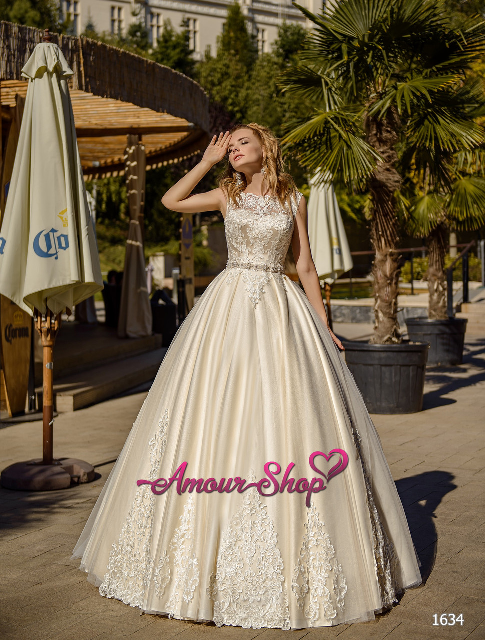 Весільну сукню з атласною Спідницею і мереживним корсетом